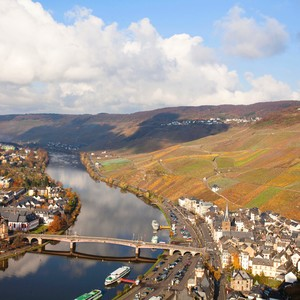 view%20of%20the%20mosel%20overlooking%20the%20village%20of%20bernkastel%20home%20of%20dr%20loosen%20c%20bona%20fide%20productions-300?v=1