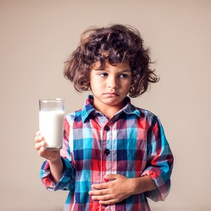 augkid-boy-with-stomach-pain-holding-a-glass-of-milk-dairy-intolerant-person-children-health-care-concept-1144763467_125-300?v=1