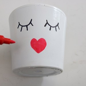 12-red-painted-heart-lips-planter-300?v=1