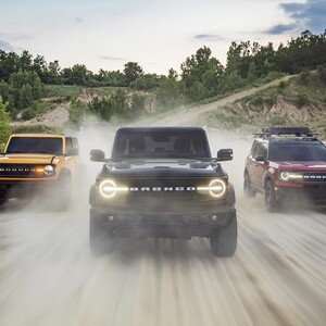 br%202021%20-%202021-ford-bronco-family-driving-head-on-300?v=1